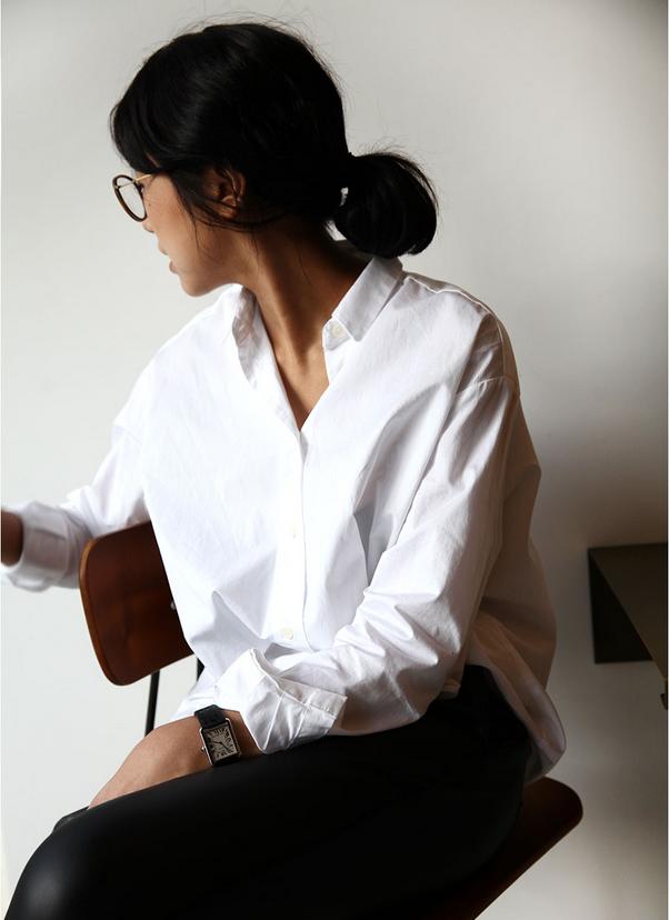 Белая рубашка с черными леггинсами. Базовый гардероб.