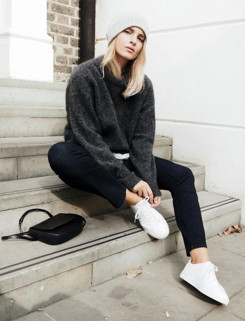 Sneakers, parisian chic. Белые кеды, узкие джинсы, парижский стиль.