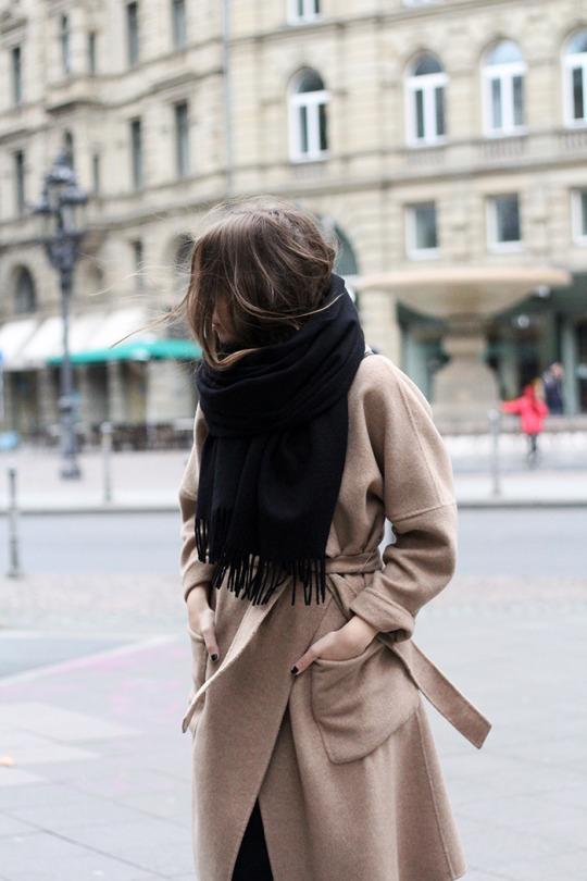 Пальто из верблюжьей шерсти. Кашемировый шарф. Базовый гардероб.