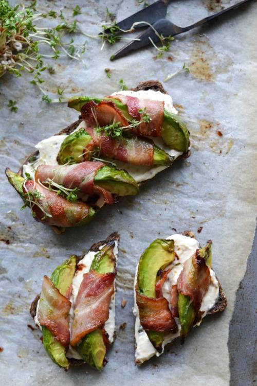 Тост с авокадо и беконом