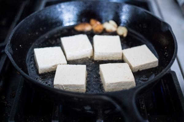 Тофу в чесночном соусе.