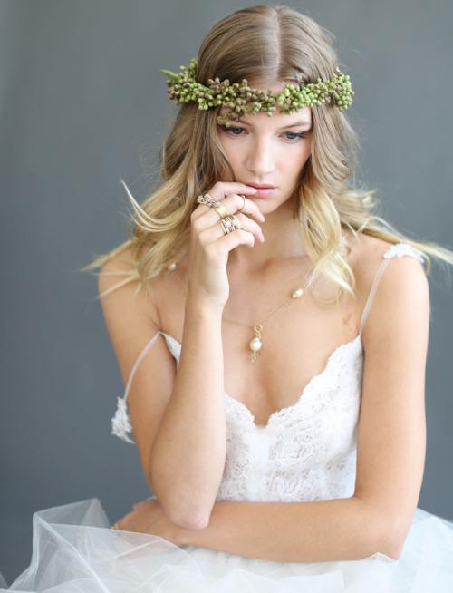 Свадебная прическа. Венок на голове. Свадебная мода 2016.