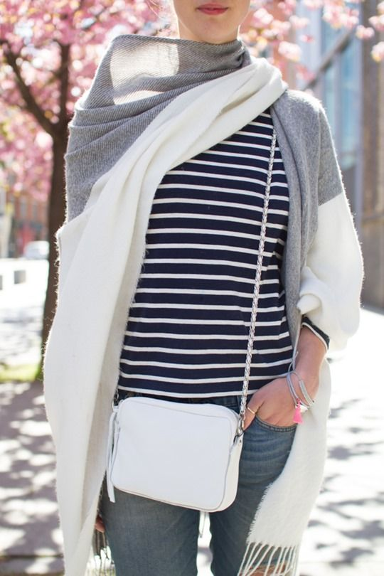 Топ в полоску, объемный шарф.