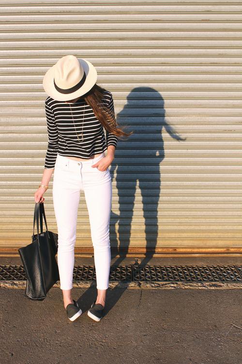 Топ в полоску, белые джинсы, шляпа. White jeans, hat, breton shirt.