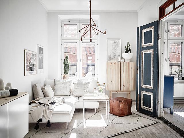 Скандинавский интерьер. Белый диван. Кожаный пуф. Винтажные двери.