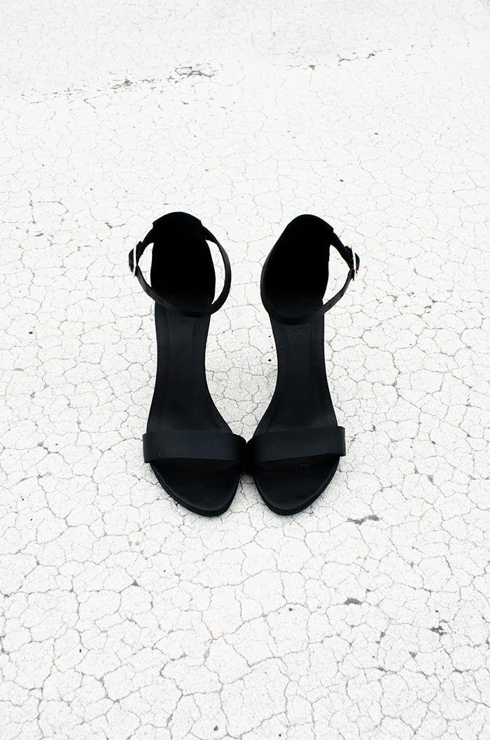 Черные босоножки на шпильках. 30 вещей, которые каждая парижанка должна успеть сделать до 30