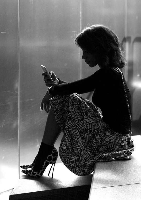 Девушка с телефоном. 8 мантр для тех, кто переживает тяжелый разрыв.