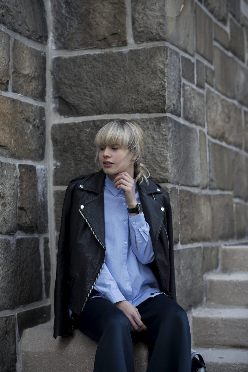 Голубая рубашка, черная байкерская куртка, blue shirt, black leather jacket