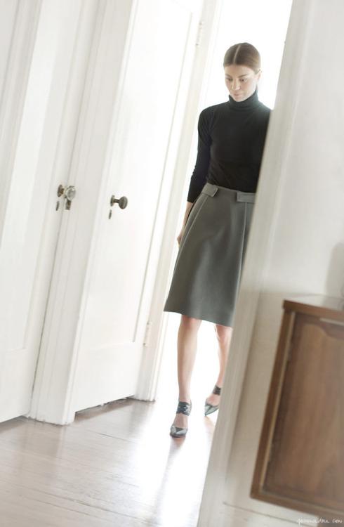 собеседование, юбка, черная водолазка, парижский стиль, parisian chic