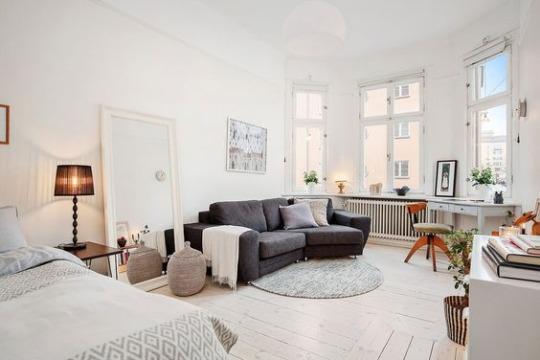Большое зеркало. Квартира-студия. Маленькая кварттира. скандинавский интерьер. Scandinavian interior. Mirror. White walls.