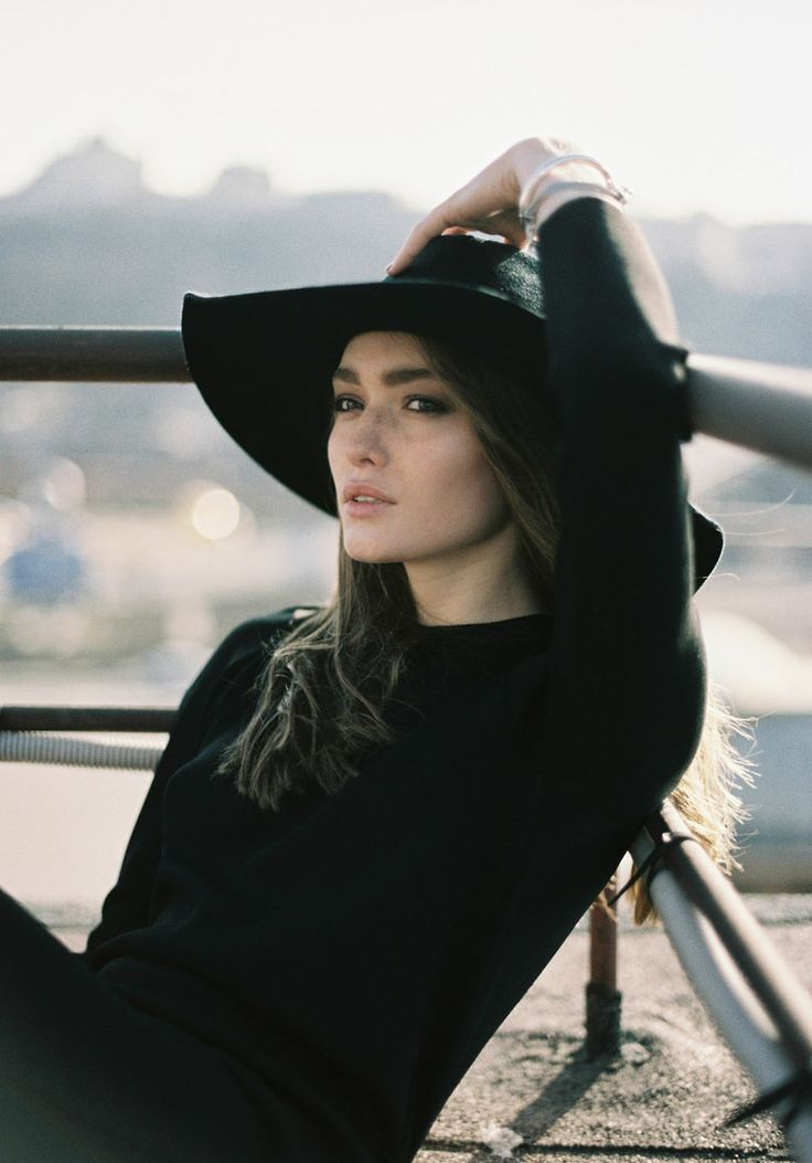 черная шляпа с широкими полями