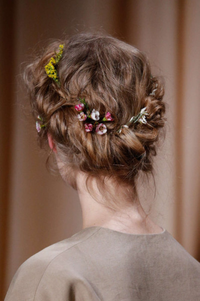 Укладка венком. Коса. Стайлнг с цветами. Валентино 2015.