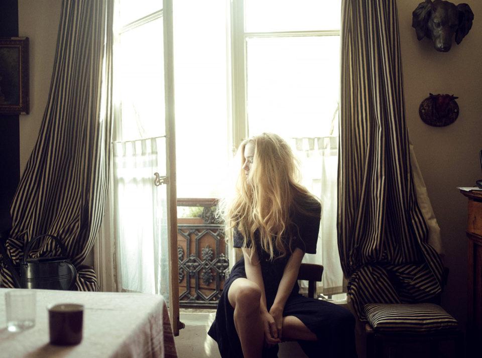 Девушка, парижская квартира.