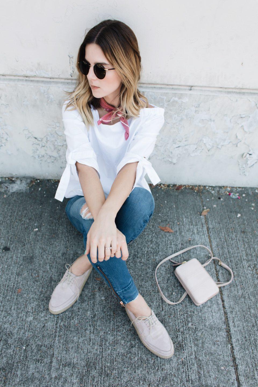 стиль в дорогу, как одеться в дорогу, джинсы, топ, шейный платок