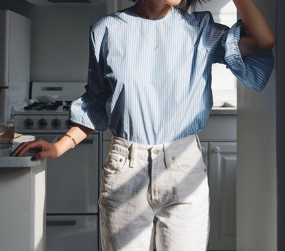 девушка на кухне, белые джинсы, полоска