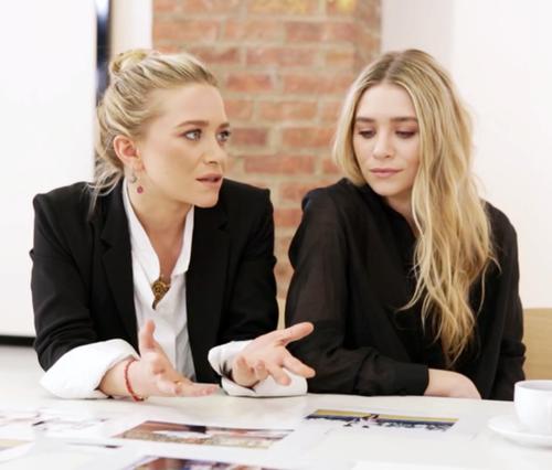 рабочая встреча, черный пиджак, белая блузка