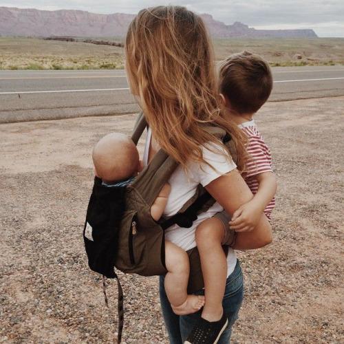мама с двумя детьми