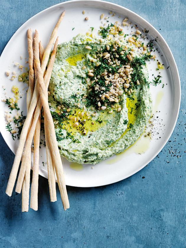 хумус со шпинатом, фетой и кедровыми орешками, вегетарианская кухня
