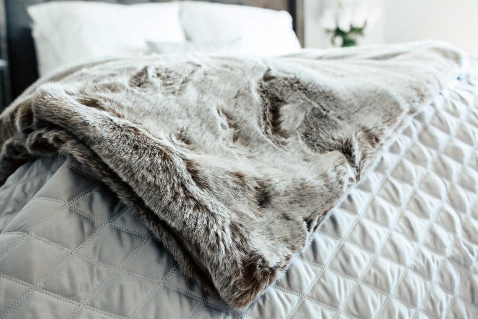 Спальня, декор спальни, меховое покрывало.