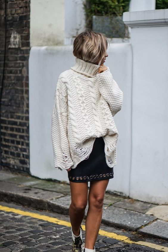 Большой свитер, кожаная юбка