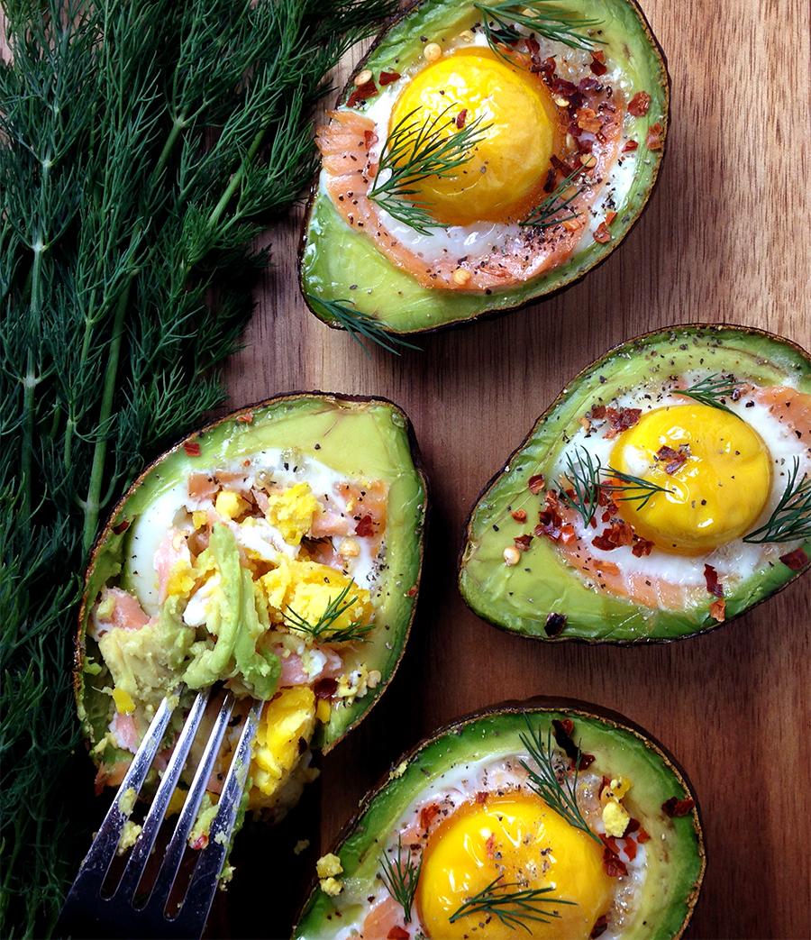 яйцо в авокадо, полезный завтрак