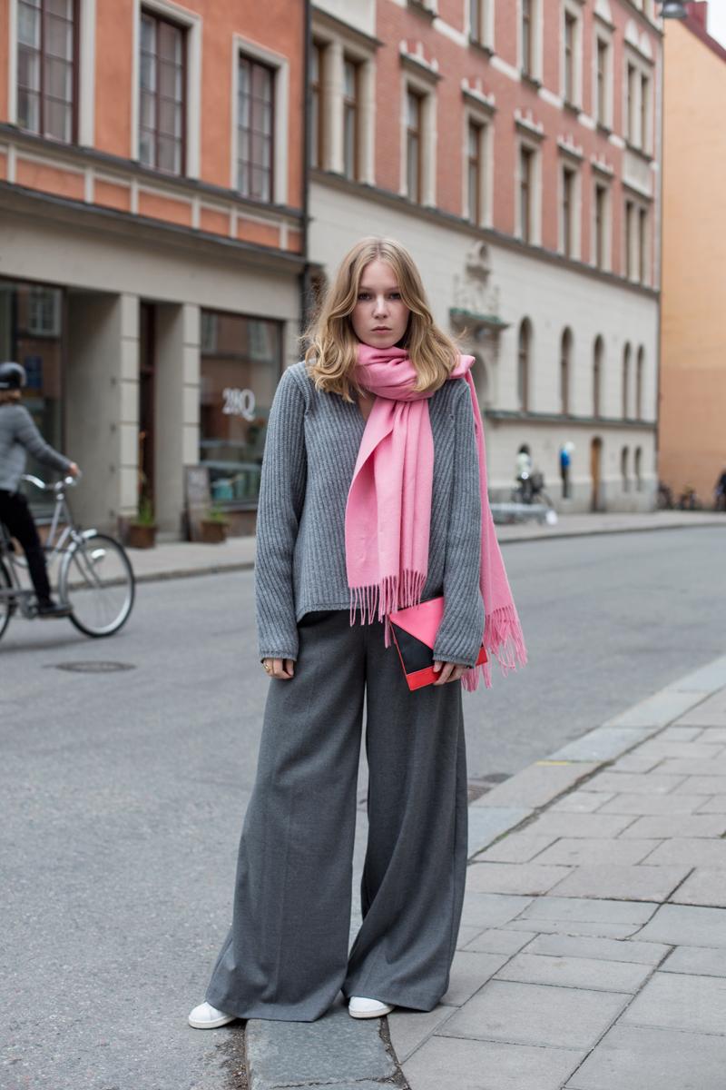 Серый кашемир, розовый шарф