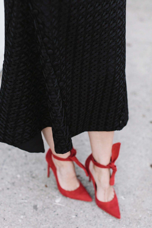 All black outfit. Черный топ с рукавами клеш, черная юбка миди, красные туфли.