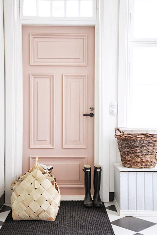 Покраска стен, розовая дверь