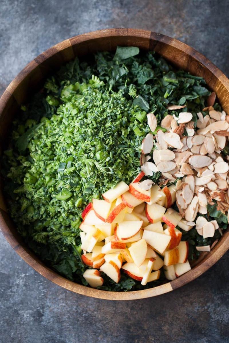 Капуста кале: салат с кале, брокколи и соусом тахини. Вегетарианская кухня.
