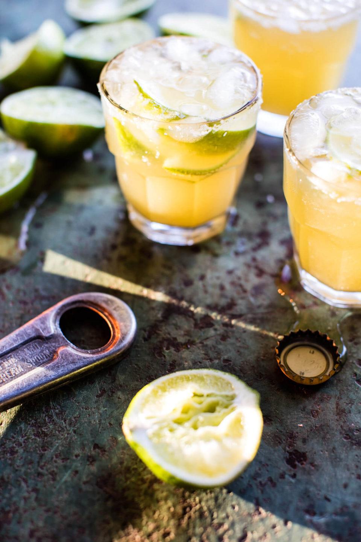 Коктейль маргарита с соком лайма и мексиканским пивом, простой рецепт.