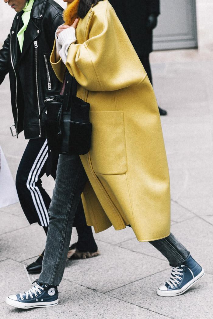 Кеды converse, желтое пальто, parisian chic, парижский базовый гардероб