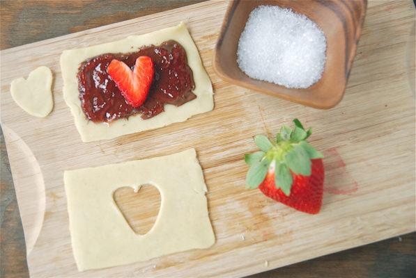 Завтрак на день Св. Валентина, романтический завтрак, быстрая выпечка, тарт с клубникой и джемом.