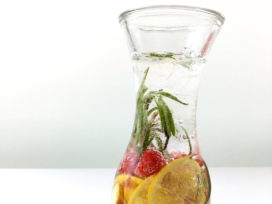 домашняя фруктовая вода с персиком, малиной и розмарином