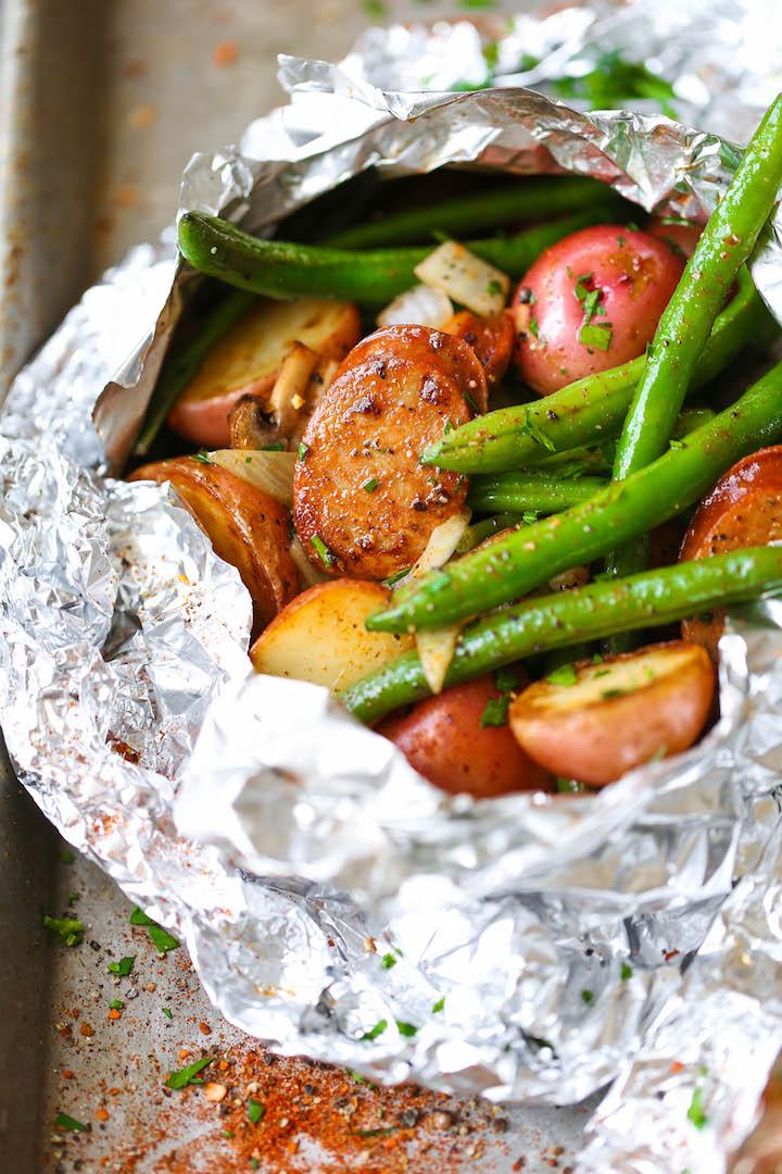 Овощи с сосисками в фольге на гриле, английский рецепт
