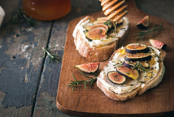 Тартин под вино: инжир, мед, розмарин и козий сыр
