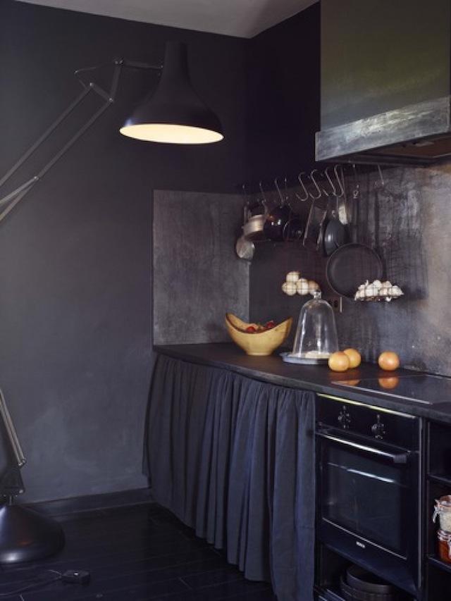 интерьер с темными стенами