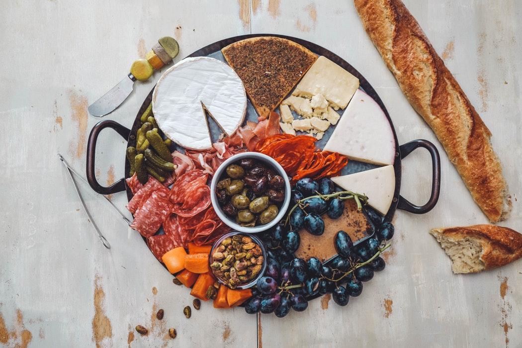 photo-1541529086526-db283c563270 Мясная нарезка на праздничный стол: идеи и пошаговые рецепты