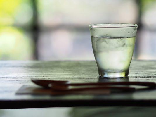 Как правильно пить воду (5 неочевидных принципов)