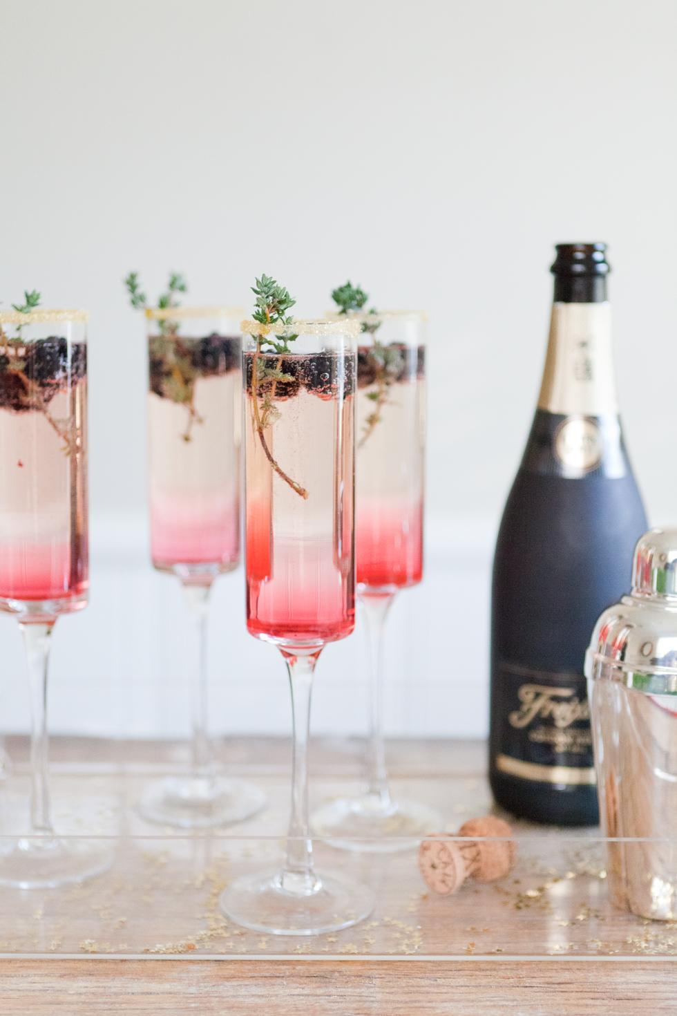 5 коктейлей с шампанским: ежевика и тимьян (рецепт). Photo and recipe by theeffortlesschic.com